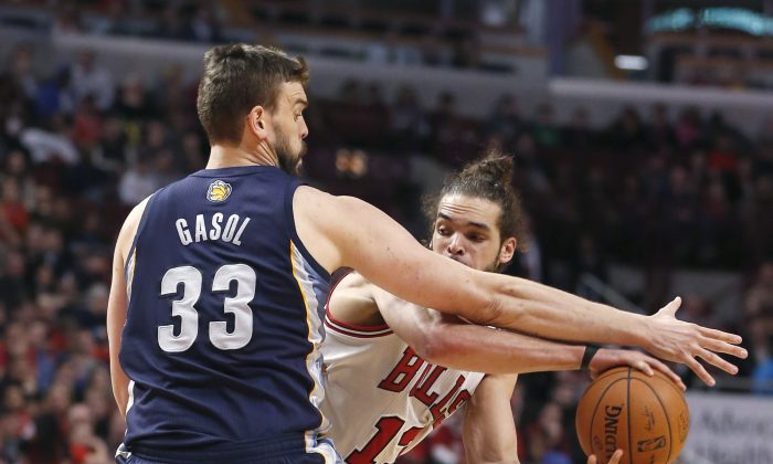Memphis Grizzlies' Marc Gasol (33) pressures Chicago Bulls' Joakim Noah during the second half of an NBA basketball game on Friday, March 7, 2014, in Chicago. The Grizzlies won 85-77. (AP Photo/Charles Rex Arbogast)