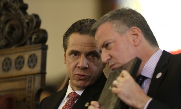 New York Gov. Andrew Cuomo (L), and New York City Mayor Bill de Blasio shake hands in Albany, N.Y., Feb. 16, 2014. (Mike Groll/AP)