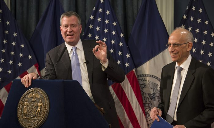 Mayor Bill de Blasio (L) with Budget Director Dean Fuleihan after delivering his budget address at City Hall in New York, Feb. 12, 2014. (Craig Ruttle/AP)