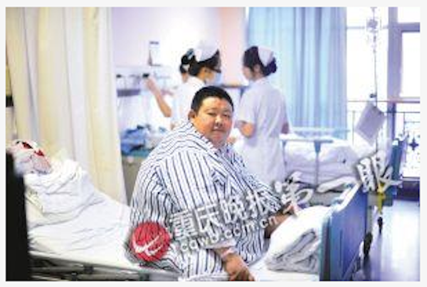 Screenshot showing Ding Kexue before he received surgery. He went on to lose half his body weight. (Screenshot/Chongqing Evening News)