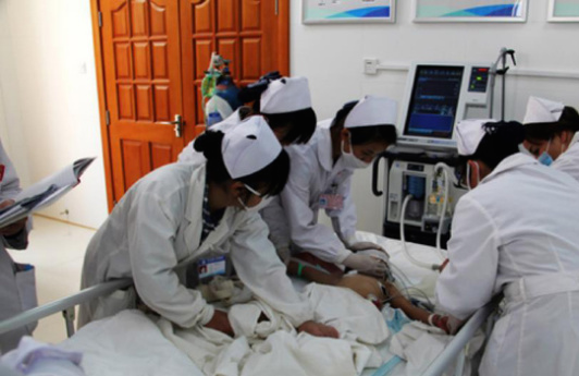 A child suffering from poisoning receives emergency treatment at a hospital in Yunnan Province on March 20, 2014. (Xinhua/Screenshot)