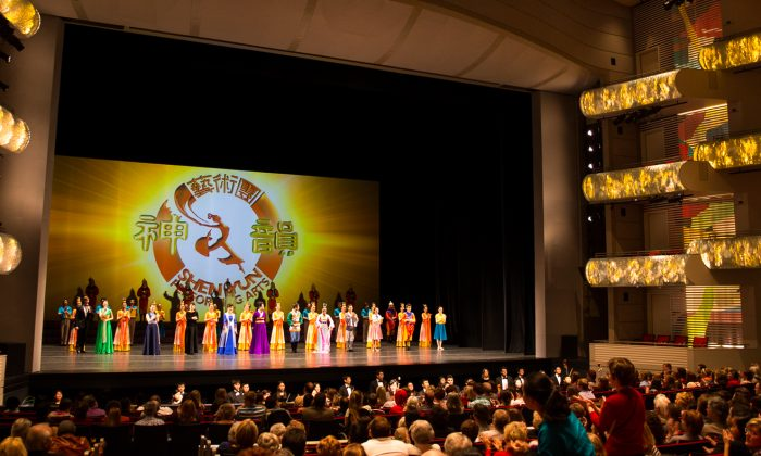 Shen Yun Performing Arts Touring Company's curtain call at the Kauffman Center for the Performing Arts, on March 29. (Hu Chen/Epoch Times)