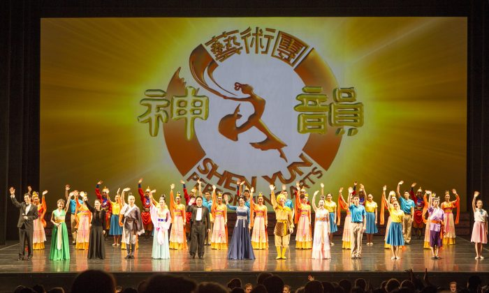 Shen Yun Performing Arts International Company's curtain call at Melbourne's State Theatre, on March 29. (Ming Chen/Epoch Times)