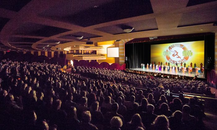 Shen Yun Performing Arts Touring Company's curtain call at the Milwaukee Theatre, on March 6. (Hu Chen/Epoch Times)