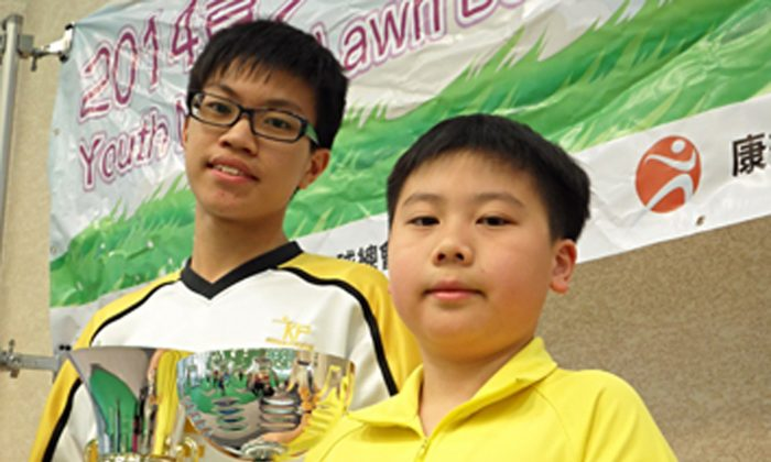 Rayson Law (left) Chow Ho Yin showing off their trophies after becoming the respective champion and runners-up of the Youth Novice Singles competition last Sunday, March 23, 2014. (Claudius Lam)