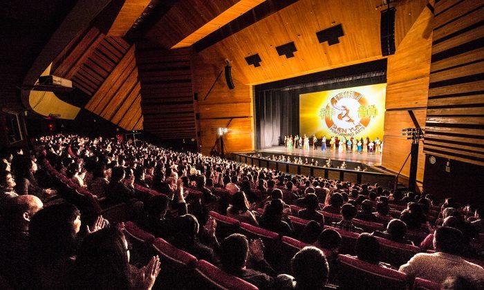 Shen Yun Performing Arts International Company's curtain call at Zhongshan Hall, Taichung. (Epoch Times)