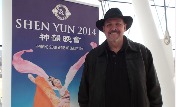 Kenneth Kieser enjoys Shen Yun Performing Arts at the Muriel Kauffman Theater, on March 29. (Chen Si/Epoch Times)