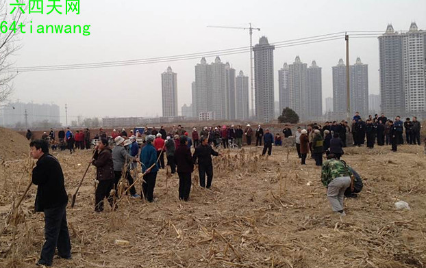 Caption: Over 100 Chinese farmers with farm tools prepare to repel developers in Shijiazhuang, Hebei Province, in a March 18 incident. Rapid urbanization has brought about over 100,000 protests a year in China, with more than half of them over land appropriations. (64 Tianwang)