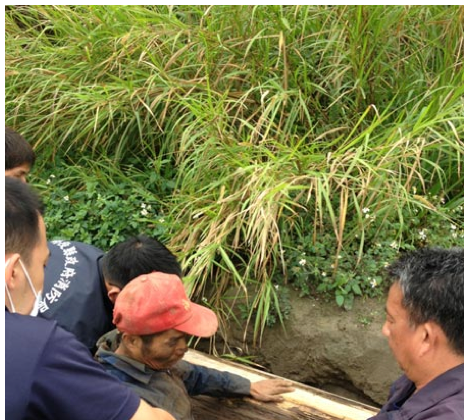 Emergency workers rescue a Taiwanese man who was trapped in a grave for four days. (Screenshot/Want China Times)