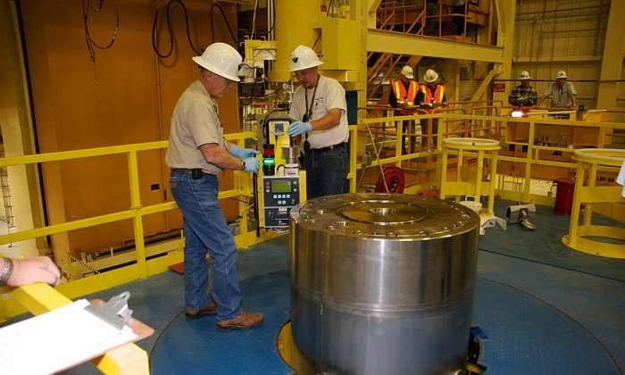 Waste handling crews remove the outer lid of the RH-72B shipping package at the Waste Isolation Pilot Plant (WIPP) near Carlsbad, N.M. (U.S. Department of Energy)