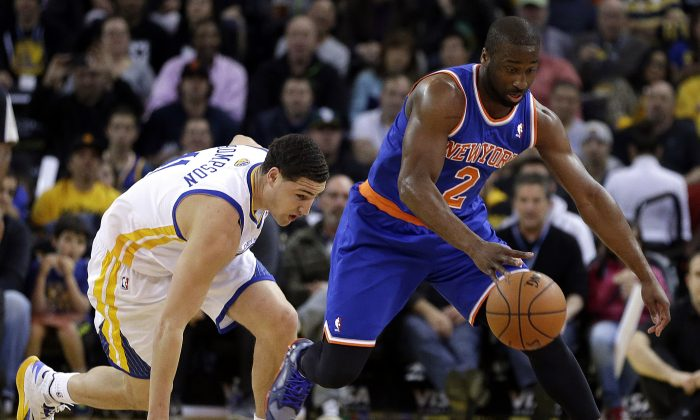 New York Knicks' Raymond Felton, right, recovers a loose ball ahead of Golden State Warriors' Klay Thompson during the first half of an NBA basketball game Sunday, March 30, 2014, in Oakland, Calif. (AP Photo/Ben Margot)