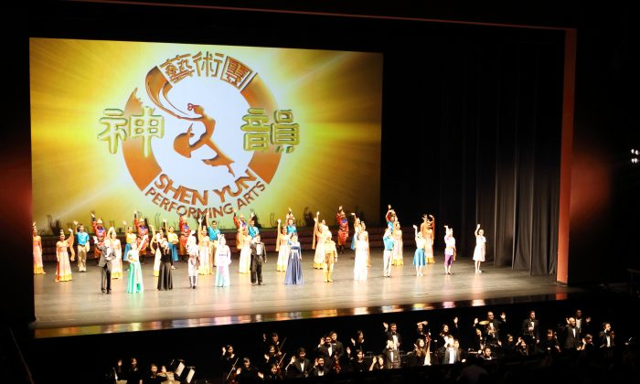 Shen Yun Performing Arts curtain call at Taoyuan County Performance Center Performance Hall, Taiwan. (Epoch Times)