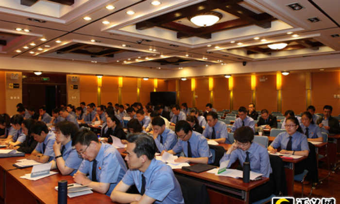 """Chinese procuratorial staff in northwestern China's Qinghai Province take training classes in """"Internet propaganda and guidance of public opinion,"""" on May 28, 2013. China is hosting professionalized training for """"online public opinion management specialists"""" this month in Beijing. (Screenshot/JCRB.com/Epoch Times)"""