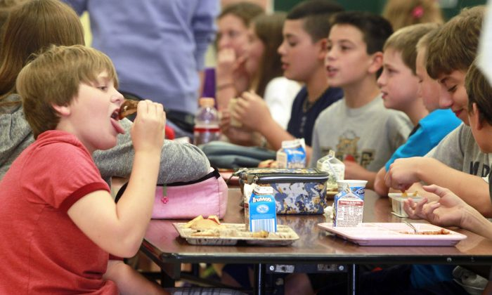 Students eating lunch.(Toby Talbot/AP)