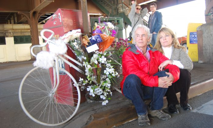 The parents of Laura Rothfuss attend a memorial for their daughter at East 125th Street and Park Avenue in New York, where a ghost bike marks the place of her death. (Catherine Yang/Epoch Times)