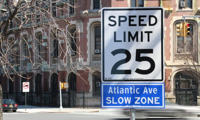 A 25 mph speed sign for the new Atlantic Avenue slow zone in Brooklyn, New York, April 9, 2014. The 7.6 mile slow zone stretches from the East River to 76th Street. (Allen Xie/NTD Television)