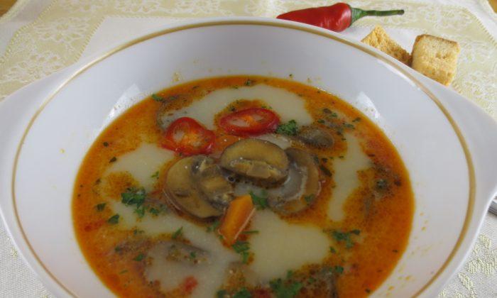 Mushroom Soup with Garlic and Cream (Maria Matyiku/Epoch Times)