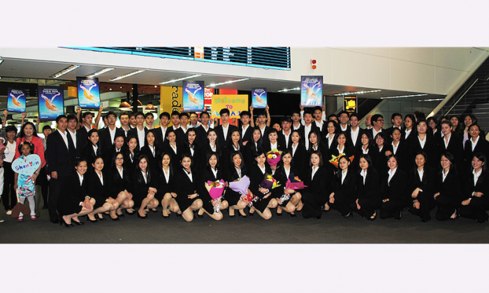 Shen Yun Performing Arts International Company arrives in Brisbane en route to the Gold Coast for performances at the Arts Theatre, The Arts Centre Gold Coast, on April 22, 2014. (Linda Smith/Epoch Times)