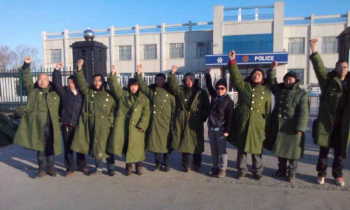 10 lawyers and citizens protest outside the Jiansanjiang Police Station in Heilongjiang Province on March 27, urging the release of detained rights lawyers who protested a black jail's detention of Chinese citizens. Chinese activists said that the facility was shut down on April 28, 2014. (New Tang Dynasty Television)