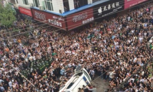 Chinese Crowd, Furious, Besets Chengguan in Eastern City