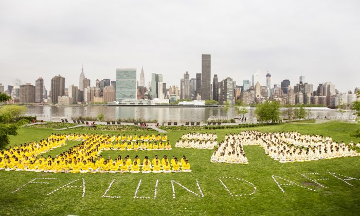 Falun Dafa practitioners form Chinese characters at Gantry Plaza State Park in New York City on May 14, 2013. (Edward Dai/Epoch Times)