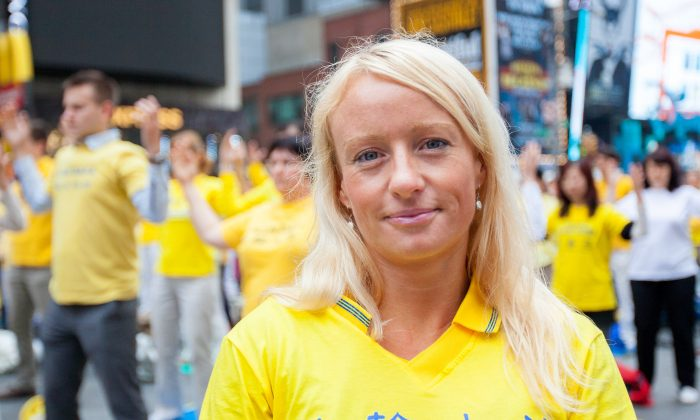 Denise Eggenschwiler participates in Falun Gong activities on Times Square, Manhattan, New York, May 15, 2014. (Edward Dai/Epoch Times)