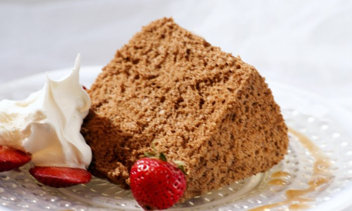 Dreamy Chocolate Angel Food Cake (Cat Rooney/Epoch Times)