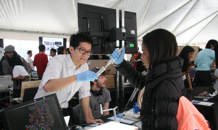 A student demonstrates a research project at the NYU Polytechnic School of Engineering Research Expo on May 2, 2014. (Sarah Le/Epoch Times Staff)