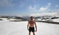 Man Unaffected by Extreme Cold Teaches Others to Use Power of Mind (+Video)
