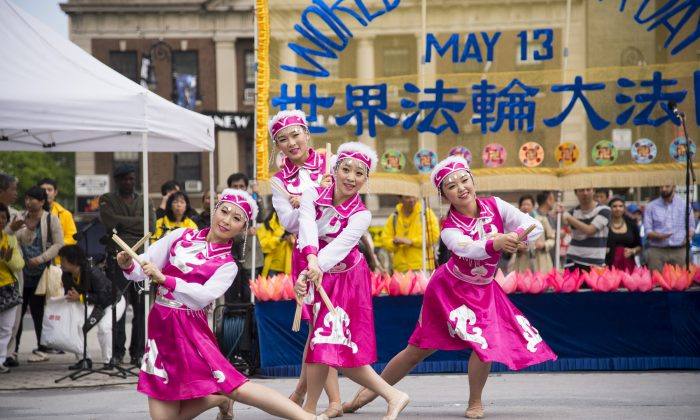 Children perform a traditional dance on a stage in Union Square to celebrate World Falun Dafa Day in New York City on May 15, 2014. Over 8,000 practitioners of Falun Dafa around the world came to New York City to celebrate. (Dai Bing/Epoch Times)