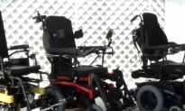 Policemen Help Veteran After his Wheelchair Breaks Down (Video)