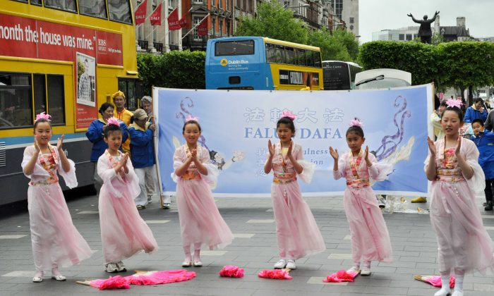 Young girls perform traditional Chinese dance, on May 10, 2014 in Dublin. (Epoch Times)