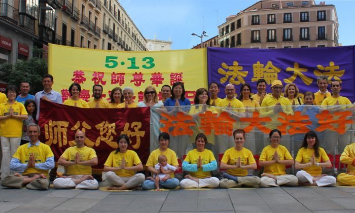 After performing the Falun Gong exercises, practitioners posed for a picture, which will be sent with birthday wishes to Mr. Li Hongzhi, founder of Falun Dafa, for his birthday. (Guang Hua/Epoch Times)