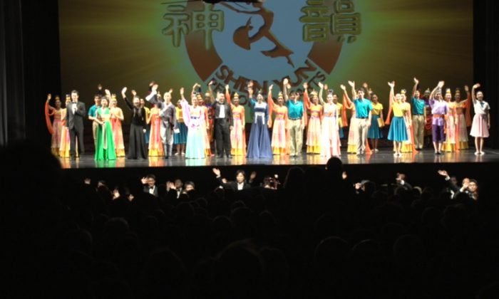 Shen Yun Performing Arts International Company's curtain call at Perth's Regal Theatre, 2014. (Courtesy of NTD Television)