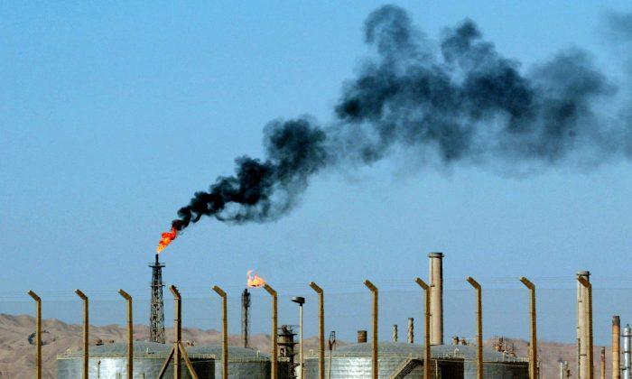 An oil refinery is seen in the city of Beiji, Iraq, on Oct. 6, 2003. (Ivan Sekretarev/AP Photo)
