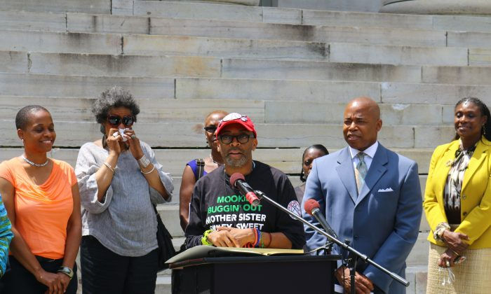 """Director, Spike Lee (C), joined by Brooklyn Borough President, Eric L. Adams (2nd from R) honour the 25th anniversary of """"Do The Right Thing""""—filmed on Stuyvesant Street, Bedford Stuyvesant, Brooklyn. Brooklyn Borough Hall. June 24. (Brendon Fallon/Epoch Times)"""