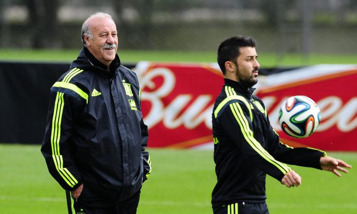 Spain's head coach Vicente del Bosque left, looks on, as David Villa controls the ball during a training session at the Atletico Paranaense training center in Curitiba, Brazil, Friday, June 20, 2014. Spain play in group B of the Brazil 2014 World Cup. (AP Photo/Manu Fernandez)