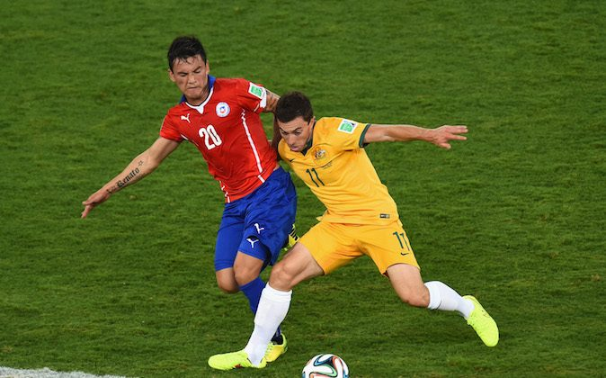 Charles Aranguiz of Chile challenges Tommy Oar of Australia during the 2014 FIFA World Cup Brazil Group B match between Chile and Australia at Arena Pantanal on June 13, 2014 in Cuiaba, Brazil. (Photo by Stu Forster/Getty Images)