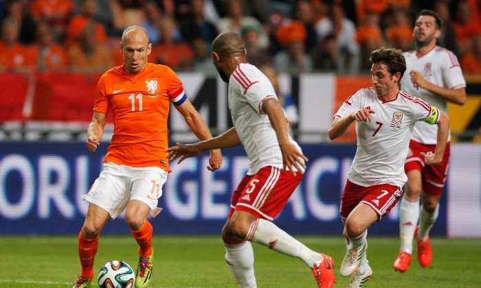 Arjen Robben of Netherlands runs on goal followed by Daniel Gabbidon and Joe Allen of Wales during the International Friendly match between The Netherlands and Wales at Amsterdam Arena on June 4, 2014 in Amsterdam, Netherlands. (Photo by Dean Mouhtaropoulos/Getty Images)