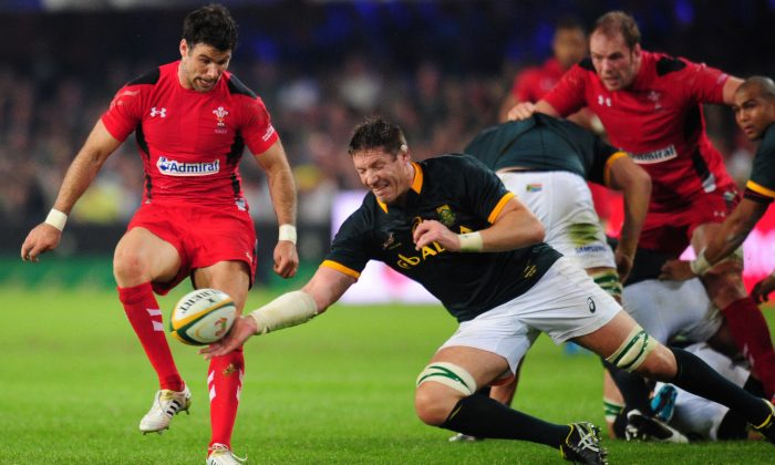 South Africa's Bakkies Botha, center, gets possession of the ball in front of Wales' Mike Phillips, left during their Rugby test match in Durban, South Africa, Saturday, June 14, 2014. (AP Photo)
