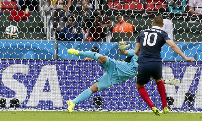 France's Karim Benzema (10) scores the opening goal from a penalty spot during the group E World Cup soccer match between France and Honduras at the Estadio Beira-Rio in Porto Alegre, Brazil, Sunday, June 15, 2014. (AP Photo/Jon Super)