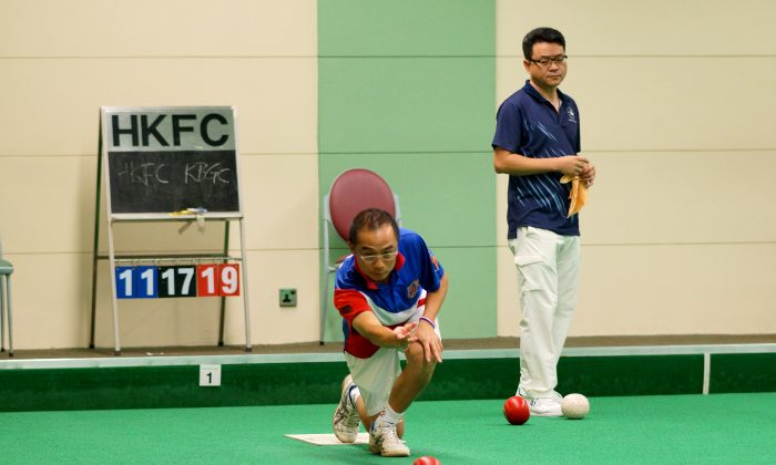 Hong Kong International Stanley Lai leads his Kowloon Bowling Green Club team-mates to defeat Hong Kong Football Club's Warren Cheung (back) 21:11 and moved to the top of Division 1 at Hong Kong Football Club on Saturday June 14, 2014. (Mike Worth)