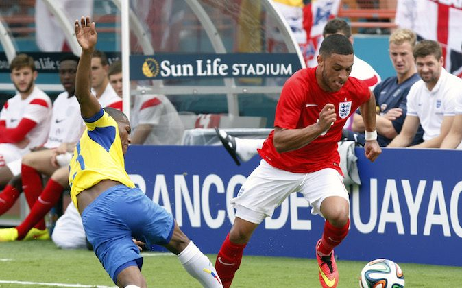 England's Alex Chamberlain- Oxlade, right, steals the ball from Ecuador's Carlos Gruezo  in the second half of a friendly soccer match in Miami Gardens, Fla., Wednesday, June 4, 2014. The game ended a 2-2 tie. (AP Photo/El Nuevo Herald, Hector Gabino)