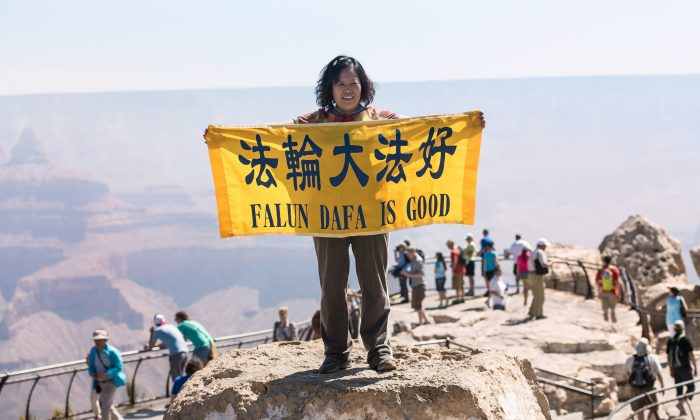 """Falun Dafa is Good"" sign held by Falun Gong practitioner at Grand Canyon to counteract the lies of the Chinese Communist Party against 100 million people practicing Falun Gong. Picture taken on June 8, 2014. (Cat Rooney/Epoch Times)"