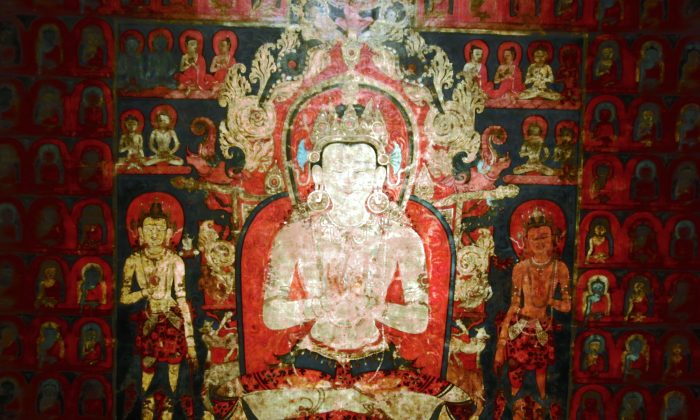 """A set of Tibetan paintings show each of the five directional Buddhas, here Vairochana, the """"all-seeing,"""" the """"Radiant One,"""" in a field of all five directional Buddhas, including himself. Vairochana, Buddha of the center, 1300–1400, Tibet, colors on cotton, detail. (Cornelia Ritter/Epoch Times)"""