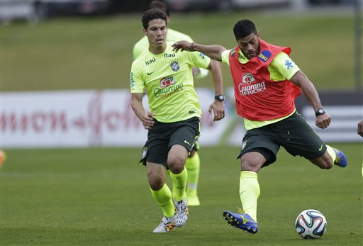 Brazil's Hulk, right, and Hernanes, practice during a training session at the Granja Comary training center in Teresopolis, Brazil, Friday, June 20, 2014. Brazil plays in group A of the 2014 soccer World Cup. (AP Photo/Andre Penner)