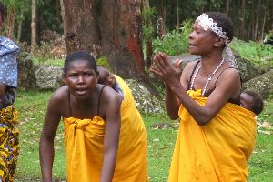 Batwa moms performing. (www.gonomad.com)