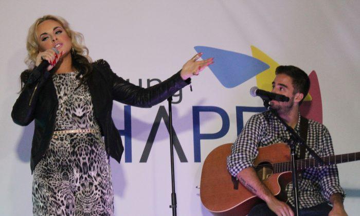Katy Tiz Performing. Photo Credit: Bianca Silva