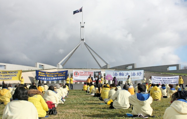 Australian Falun Gong practitioners from all over Australia gathering in front of Australian Parliament House. (Minghui.org)