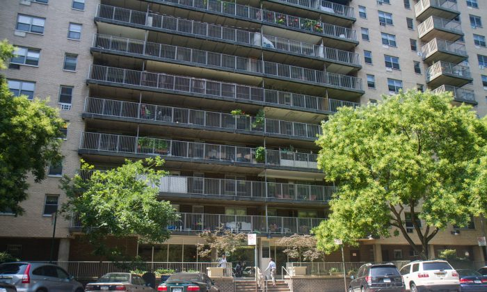 Tenants with stabilized rent have been slowly pushed out of this apartment building at 50 W 97rd St., on the Upper West Side, on July 23, 2014. (Benjamin Chasteen/Epoch Times)
